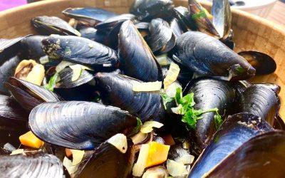 Moules provençales au safran, pommes de terre de Pertuis croustillantes en mirepoix parfumées au romarin frais (Michel Basaldella, Le Gand Puech, Mimet)